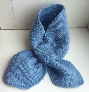 Babyskjerf strikket i blå Alpakka fra Drops
