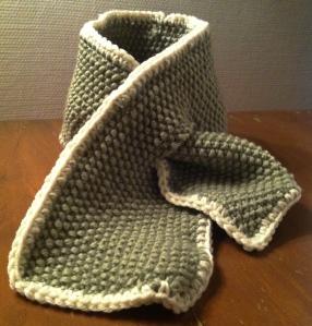 Babyskjerf basert på oppskrift fra Drops, men strikket i perlestrikk.